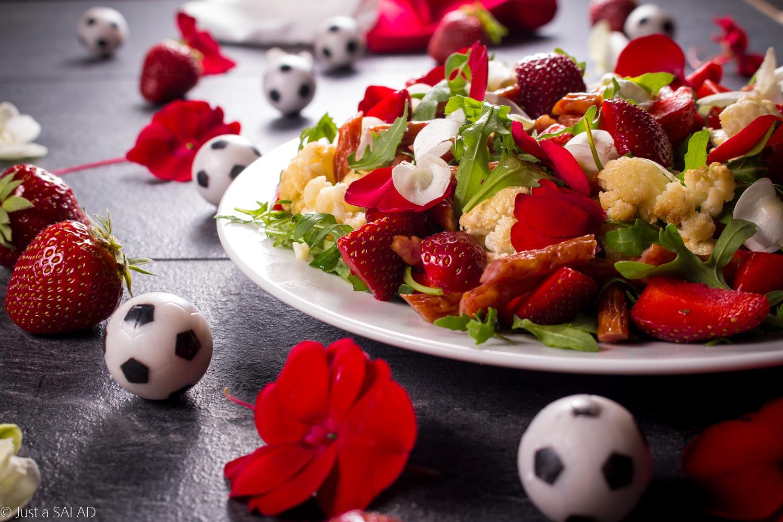 Gość honorowy. Sałatka z kabanosami, kalafiorem, truskawkami, rukolą i jadalnymi kwiatami.