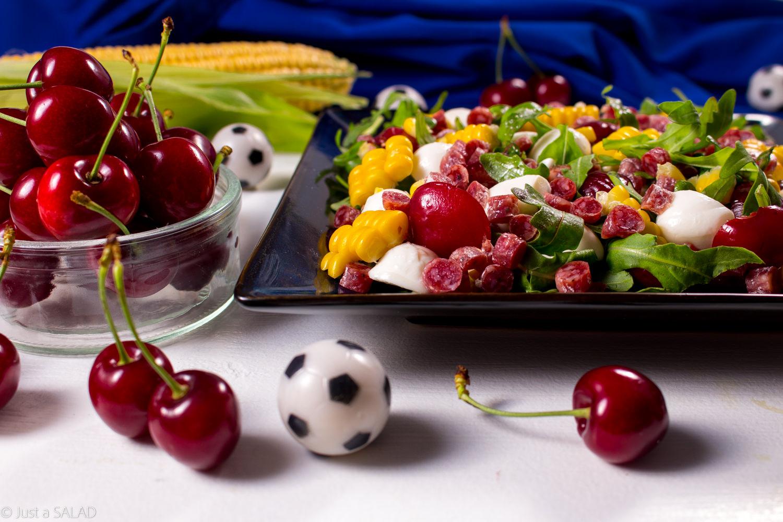 Salamitki w ataku. Sałatka z salamitkami, czereśniami, kukurydzą i mozzarellą.