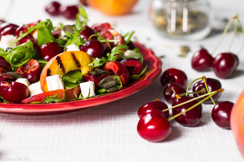 Dyniowe lato. Sałatka z czereśniami, brzoskwiniami, fetą, rukolą, pestkami dyni oraz dressingiem z dyniowym olejem.