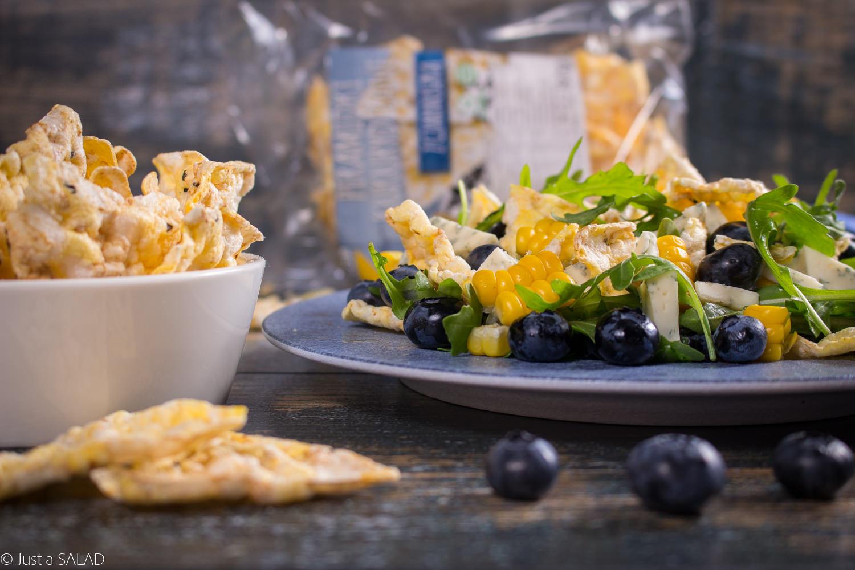 Kukurydziany przebój. Sałatka z kukurydzą, kukurydzianymi piramidkami z czarnuszką, borówkami i serem z niebieską pleśnią.