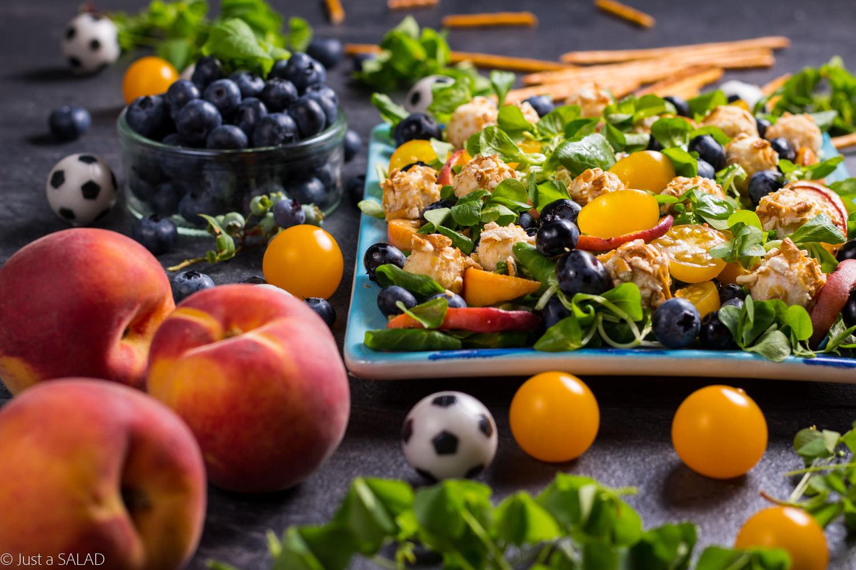 Mistrzowska rozgrywka. Sałatka z brzoskwiniami, borówkami, pomidorkami i kulami z koziego sera.