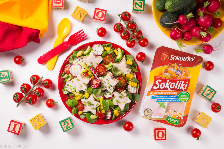 Gwiazdeczki z szyneczki. Sałatka z kanapeczkami z szynką drobiową, ogórkiem, pomidorkami, kukurydzą, rzodkiewkami i roszponką.