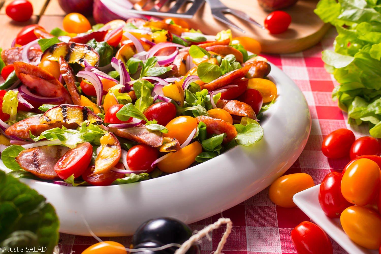 Wakacyjne grillowanie. Sałatka z kiełbasą i brzoskwinią z grilla, pomidorami, cebulą, sałatą rzymską i roszponka w sosie z dodatkiem powideł śliwkowych.