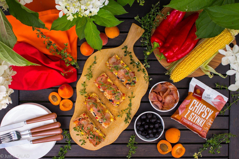 PORCJA SMAKÓW. Pożywna sałatka z Chipsami z Szynki z suszonymi pomidorami. kuskus, papryką, oliwkami, kukurydzą i morelami.