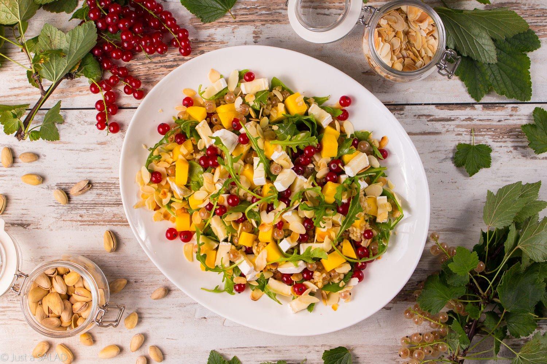 Porzeczkowy raj. Sałatka z porzeczkami, mango, płatkami migdałowymi, camembertem i bulgurem w pistacjowym dressingu.