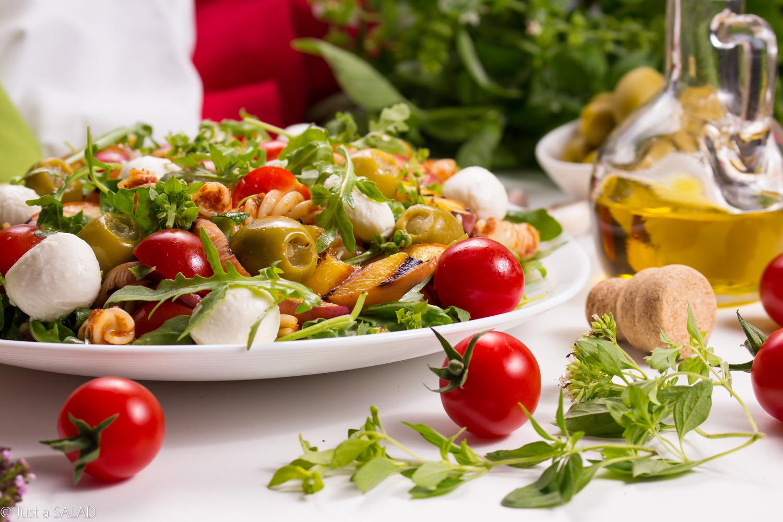 Włoska strona lata. Sałatka z makaronem w pomidorowym pesto, rukolą, pomidorkami, brzoskwiniami, oliwkami i mozzarellą.