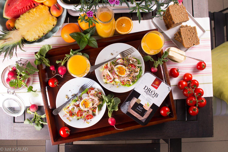 Złote tarasy. Sałatka z filetem złocistym, pomidorkami, rzodkiewkami, kiełkami, pestkami dyni i jajkiem na półmiękko.