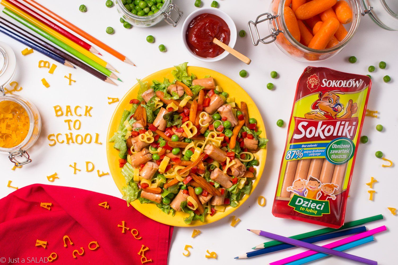 Back to school. Sałatka dla dzieci z parówkami, makaronem, groszkiem, marchewką i papryką.