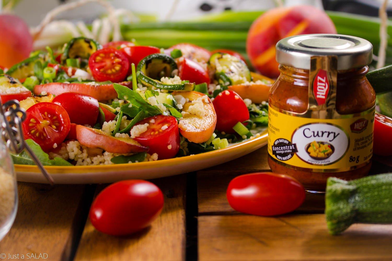 Wegańskie grillowanie. Sałatka z grillowaną cukinią i brzoskwinią oraz kuskus, pomidorkami, szczypiorkiem i rukola w sosie curry