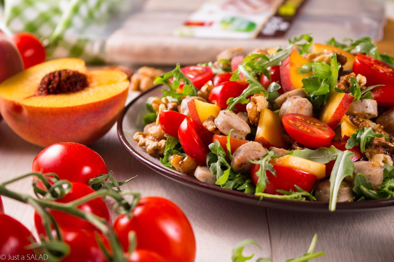 Mieszanka studencka. Sałatka z białymi kiełbaskami, brzoskwiniami, pomidorami i orzechami włoskimi.