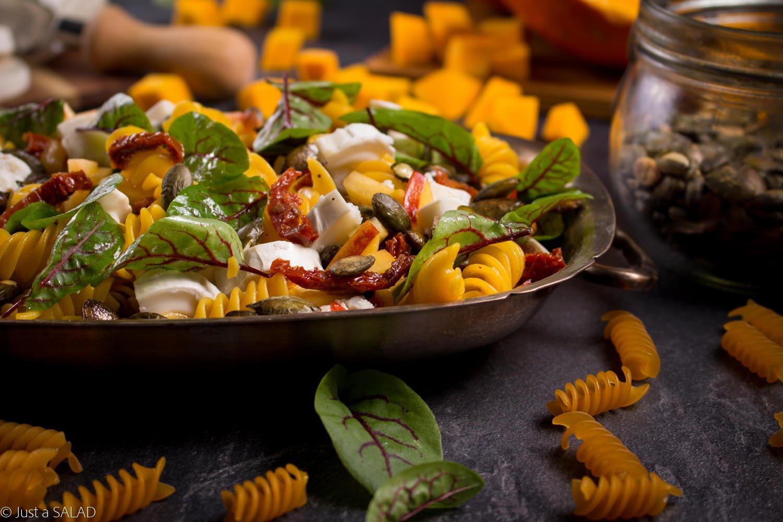 DYNIOWA PASTA. Sałatka z makaronem z dynią, kozim serem, suszonymi pomidorami, brzoskwiniami oraz szczawiem.