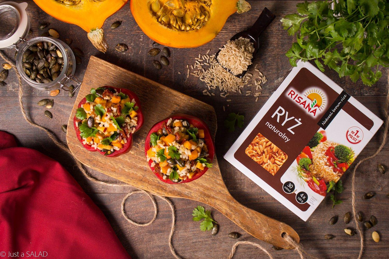 PAPRYKOWY AZYL. Sałatka z ryżem, brzoskwinią, suszonymi pomidorami, dynią z kuminem, pestkami dyni i kolendrą.