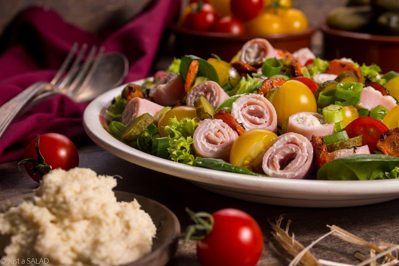 Biesiada staropolska. Sałatka z szynką w sosie chrzanowym, marchewką, pomidorami, ogórkiem konserwowym i szczypiorkiem.