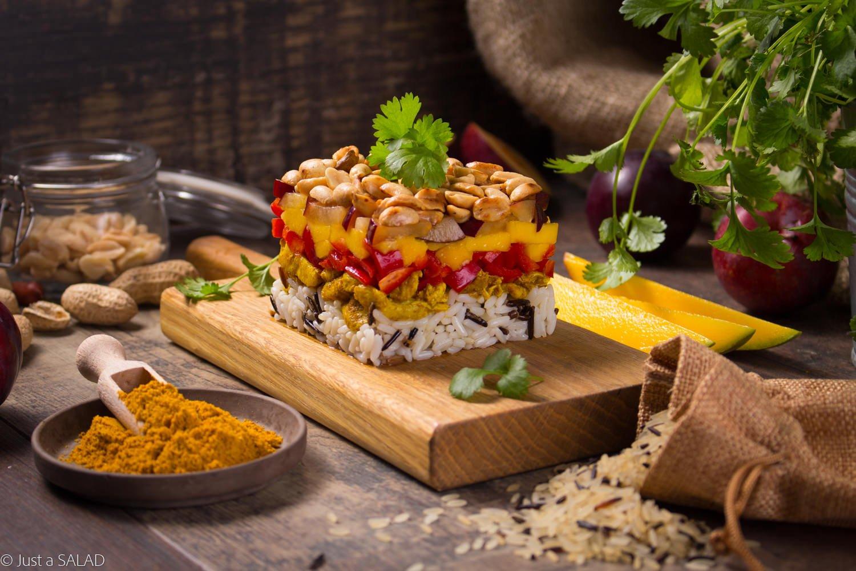 DZIKA PRZYGODA. Sałatka z ryżem długoziarnistym z ryżem, kurczakiem curry, mango, śliwkami i orzeszkami ziemnymi.