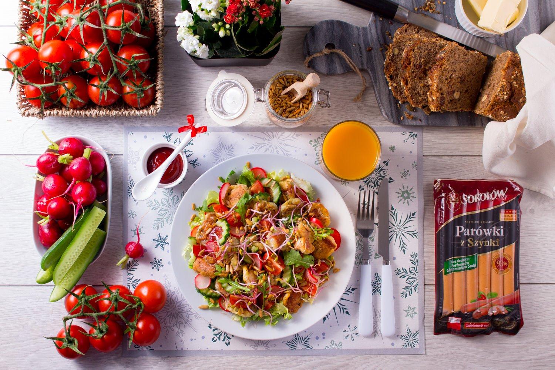Zimowy poranek. Śniadaniowa sałatka z placuszkami z parówkami z szynki i kolorowymi warzywami