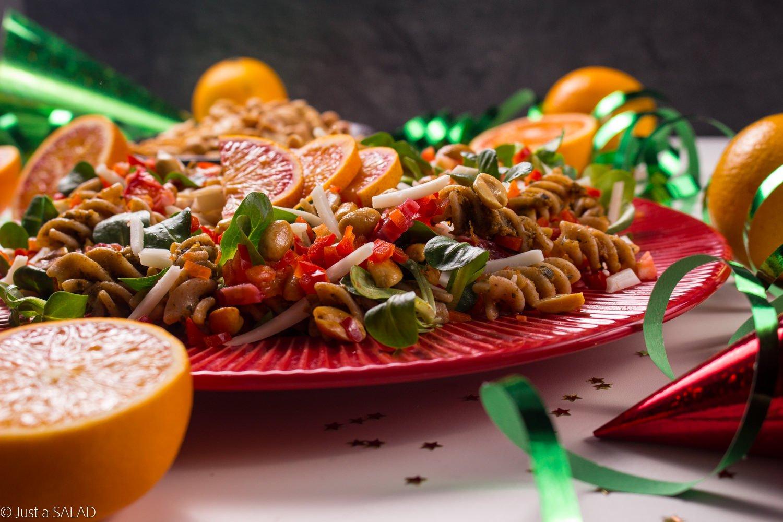 Karnawałowa sałatka z pastą z cukinii z suszonymi pomisorami Z GRUNTU DOBRE oraz makaronem.