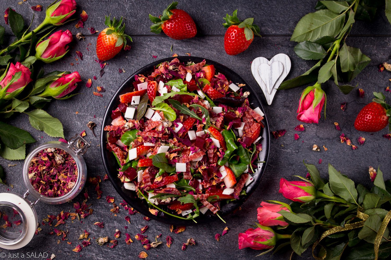 USŁANA RÓŻAMI. Sałatka z salami, kozim serem, burakiem, truskawkami oraz suszonymi płatkami róż.