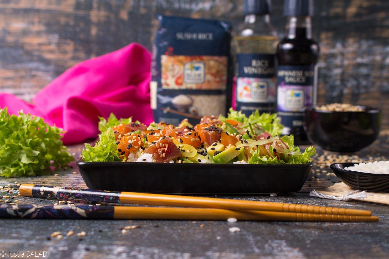 Dekonstrukcja SUSHI. Sałatka z ryżem, tuńczykiem, łosoiem, awokado, marynowaną rzepą i sezamem.