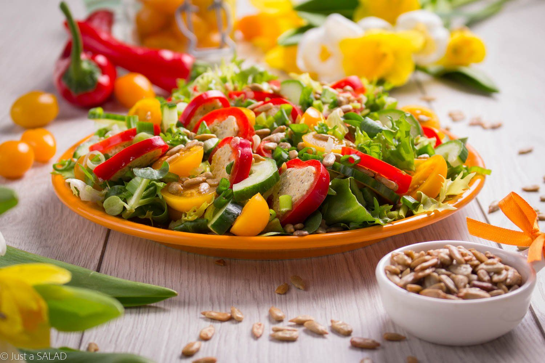 Wiosna warzywna. Sałatka z pomidorkami, słonecznikiem o pasztetem warzywnym oraz paprykę z serkiem śmietankowym .