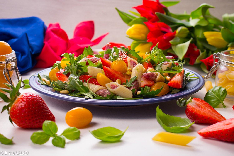 Z grubej rurki. Sałatka z makaronem nadziewanym salami, truskawkami, pomidorkami, pinią i bazyliowym dressingiem.